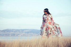 Model met maatje meer in lange jurk