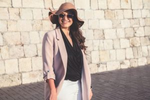 Model met maatje meer in zomerse outfit