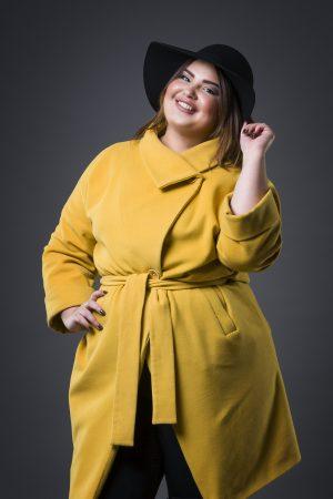 Vrouw met okergele jas - najaar