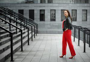 Vrouw met rode jumpsuit