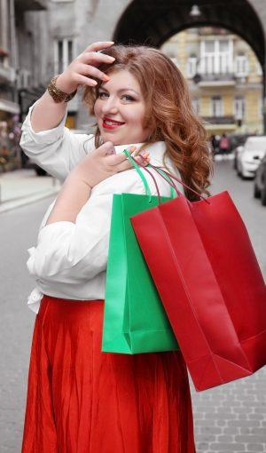 Vrouw met rode rok tijdens het shoppen