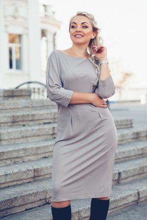 Vrouw met grijze jurk - najaar