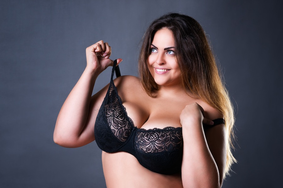 Plussize model in ondergoed