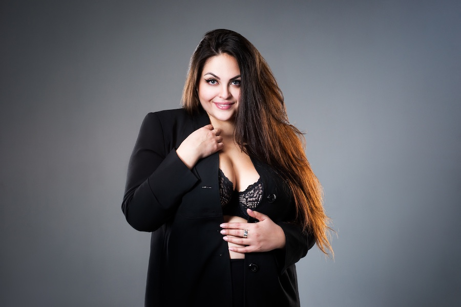 Vrouw met curves in stijlvolle outfit
