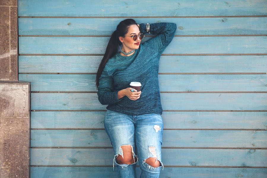 Vrouw met curves in stylish jeans en sweater