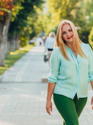 Casual outfit met blouse vrouw met maatje meer