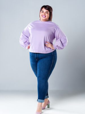 Fashionable outfit plus-size vrouw met jeans